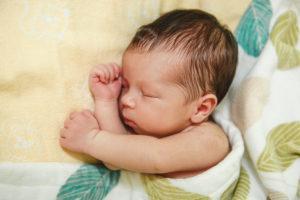почему ребенок потеет когда спит